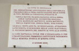 Si ringraziano Elena Palestrini e Umberto Pierpaoli, impiegati del Comune di Senigallia, che hanno messo a disposizione la foto della lapide